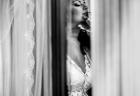 La sposa riflessa in uno specchio durante la preparazione
