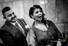 La sorella, nonché testimone, dello sposo vede l'ingresso in chiesa della sua nuova cognata