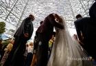 Baci e abbracci al termine del matrimonio nella Chiesa della Natività della Beata Vergine Maria a Santa Maria delle Mole