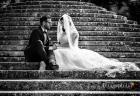 Gli sposi accoccolati su una scalinata delle Ville Pontificie di Castel Gandolfo (giardino di Villa Barberini)
