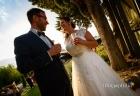 Brindisi tra gli sposi nel giardino di Casale Baldetti a Frascati