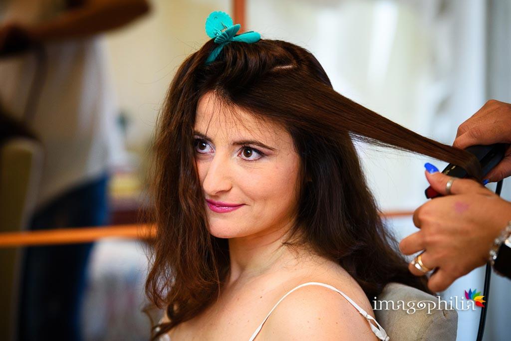 La sposa in preparazione durante l'acconciatura dei capelli