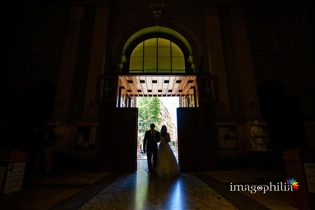 Ingresso della sposa, accompagnata dal padre, nella Basilica di Santa Maria Ausiliatrice a Roma