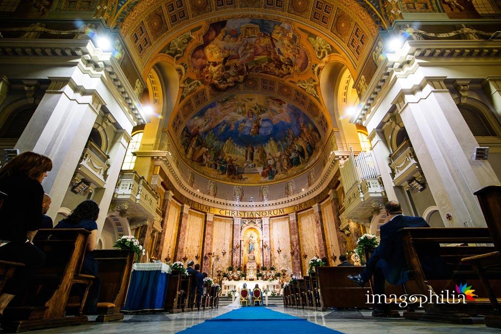 Veduta dal fondo della Basilica di Santa Maria Ausiliatrice a Roma durante il matrimonio
