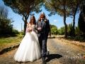 Passeggiata rilassata, dopo il matrimonio, sulla via Appia Antica a Roma