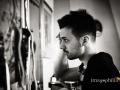 Lo sposo controlla allo specchio la sua pettinatura