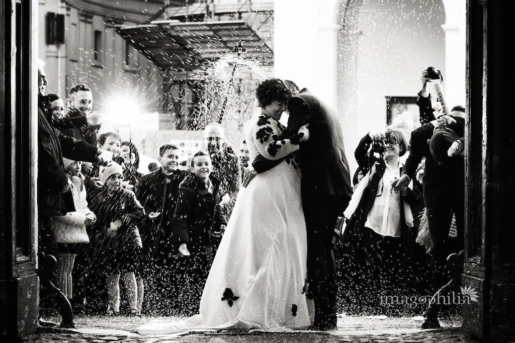 Lancio del riso al termine della cerimonia civile di matrimonio celebrata nella sala da pranzo d'estate all'interno di Palazzo Chigi ad Ariccia