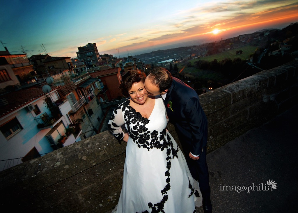 Gli sposi affacciati dal ponte di Ariccia dopo le nozze a Palazzo Chigi / 2