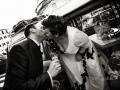 Bacio tra gli sposi nella piazza di Ariccia dopo il matrimonio a Palazzo Chigi