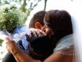 Tenero abbraccio tra gli sposi