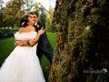 Tenere coccole tra gli sposi nel parco del ristorante La Foresta a Rocca di Papa