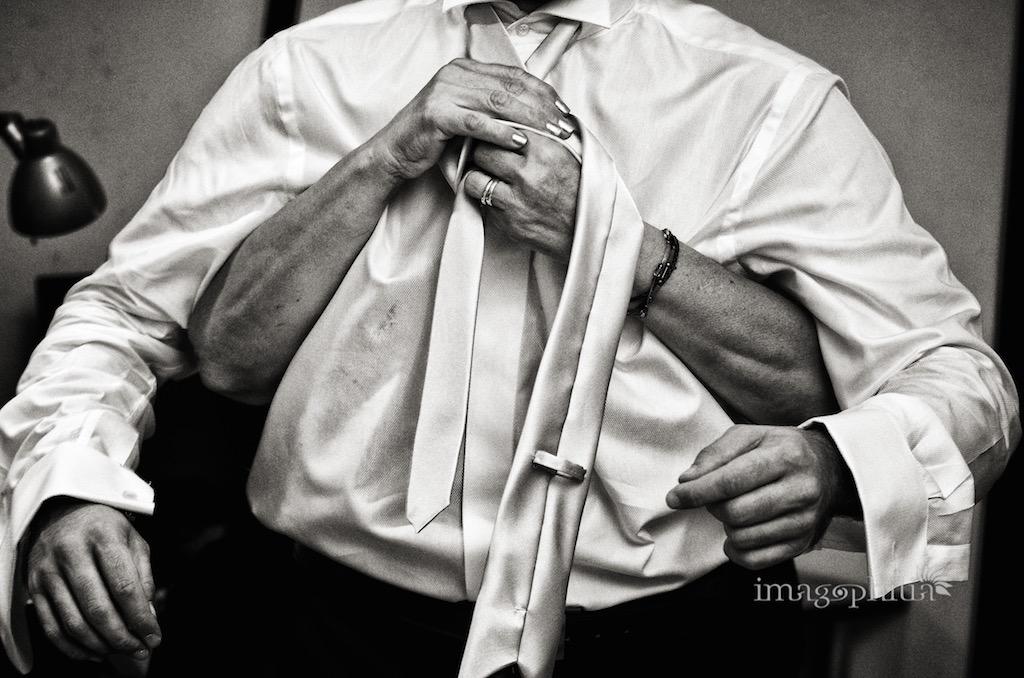 """Lo sposo """"Kali"""" indossa la cravatta / 1"""