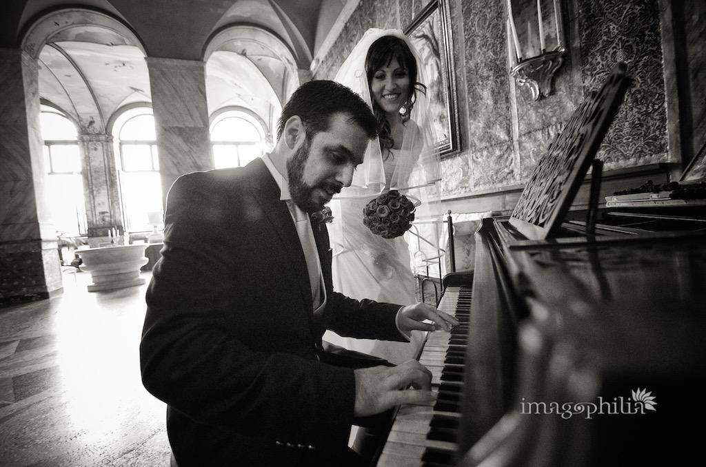 Lo sposo improvvisa al piano dopo il matrimonio civile a Palazzo Chigi ad Ariccia