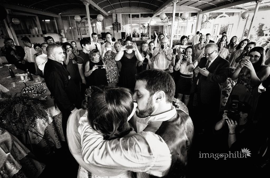 Bacio tra gli sposi dopo il taglio della torta al ristorante Il Castagnone di Nemi