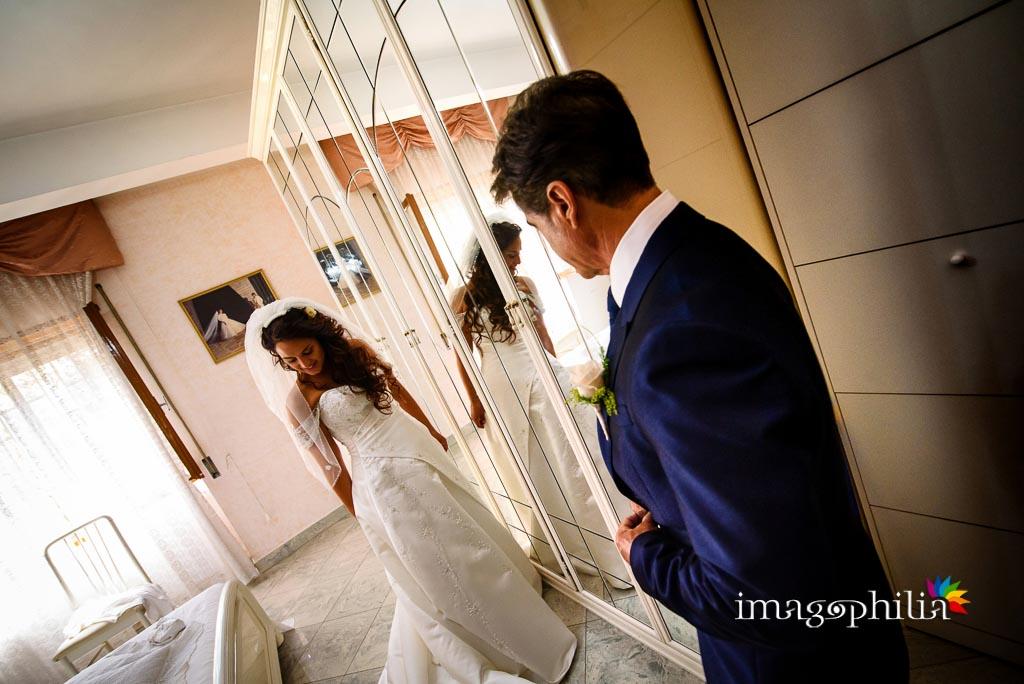 La sposa, al termine della preparazione, di fronte al padre