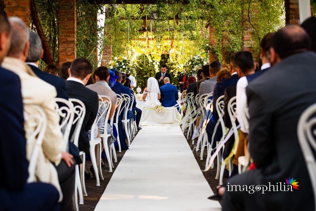 Il matrimonio visto dal fondo del pergolato della Villa dei Volsci a Velletri