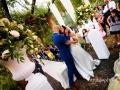 Bacio tra gli sposi al termine del matrimonio sotto il pergolato della Villa dei Volsci a Velletri