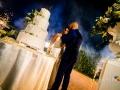 Bacio tra gli sposi, dopo il taglio della torta a bordo piscina nella Villa dei Volsci a Velletri