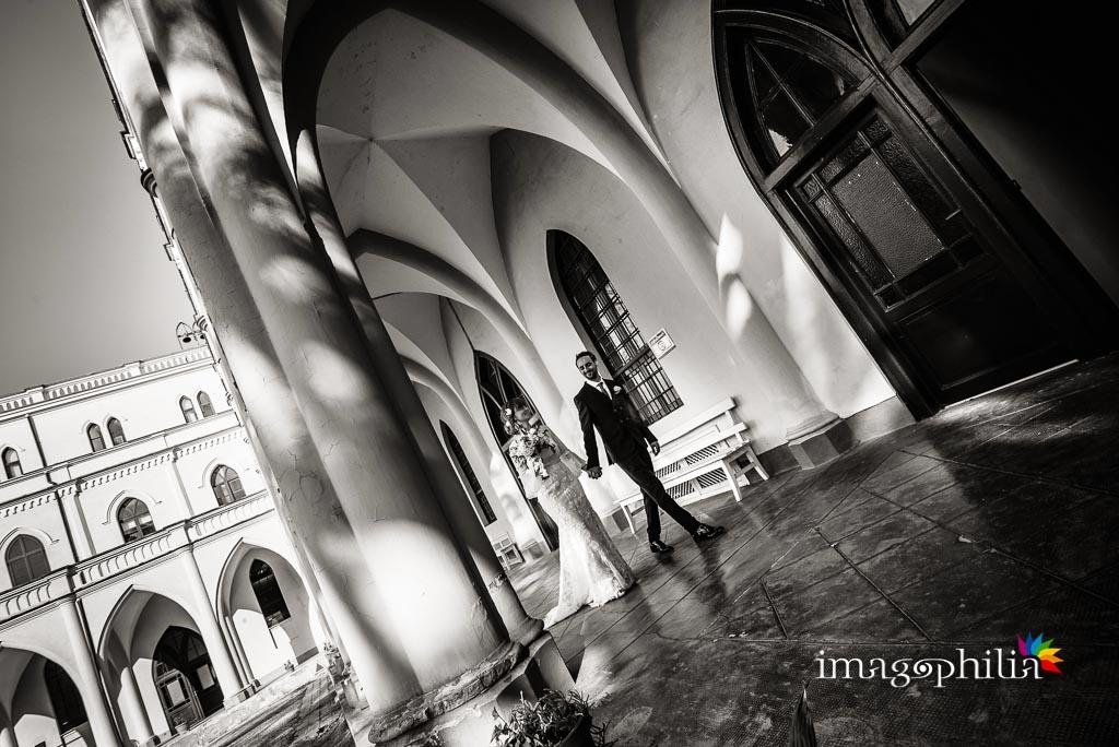 Gli sposi passeggiano nel chiostro della Chiesa di Santa Maria Madre della Divina Grazia a Grottaferrata