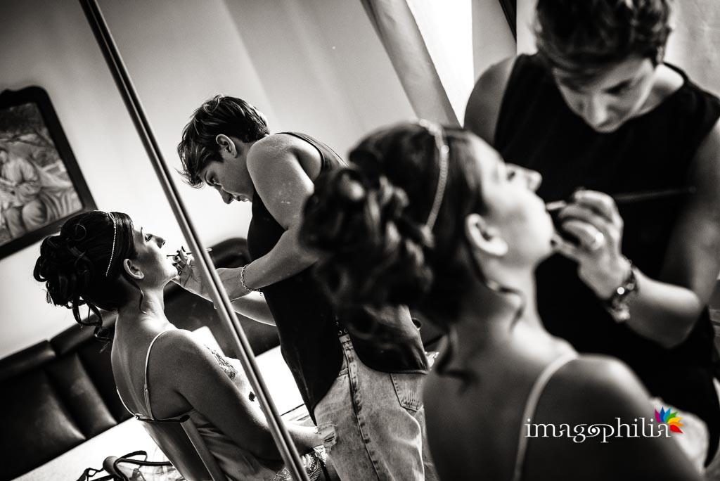Ultimazione del trucco durante la preparazione della sposa