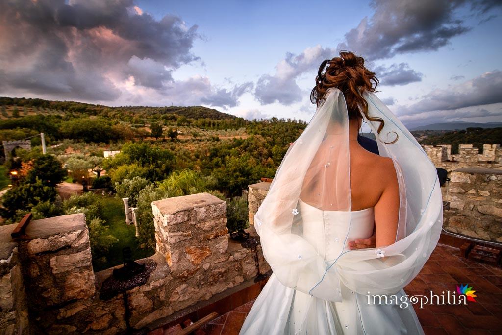 Gli sposi (anche se lo sposo non si vede!) su una torre della Rocca dei Cavalieri di Casaprota