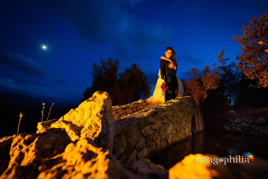 Gli sposi, all'imbrunire, affacciati sul laghetto della Rocca dei Cavalieri di Casaprota