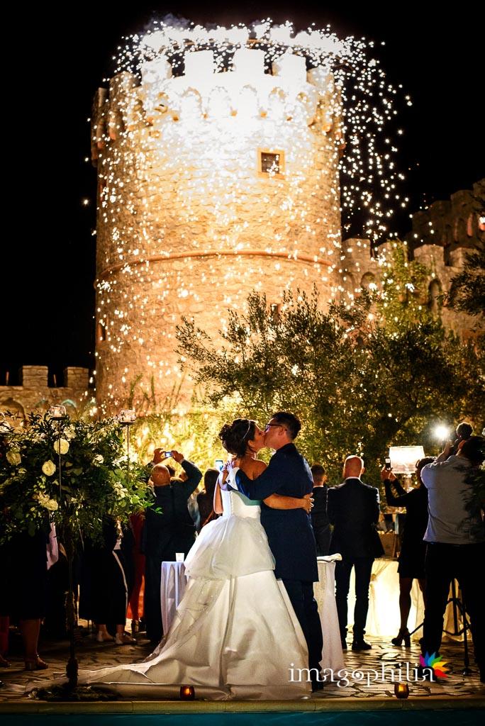 Pioggia di luce dalla torre della Rocca dei Cavalieri al termine del ricevimento di nozze