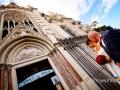 La sposa, accompagnata dal padre, sta per entrare nella Chiesa del Sacro Cuore del Suffragio a Roma