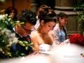 Gli sposi in raccoglimento durante il matrimonio nella Chiesa del Sacro Cuore del Suffragio a Roma