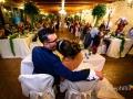 Bacio tra gli sposi con l'intera sala gremita durante il ricevimento di matrimonio presso la Rocca dei Cavalieri di Casaprota