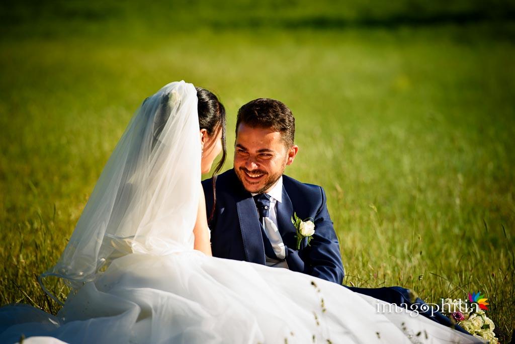 Gli sposi rilassati, dopo il matrimonio, nel parco di fronte alla Chiesa di San Silvestro a Montecompatri