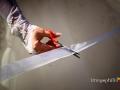 Dettaglio del taglio del nastro all'uscita da casa della sposa
