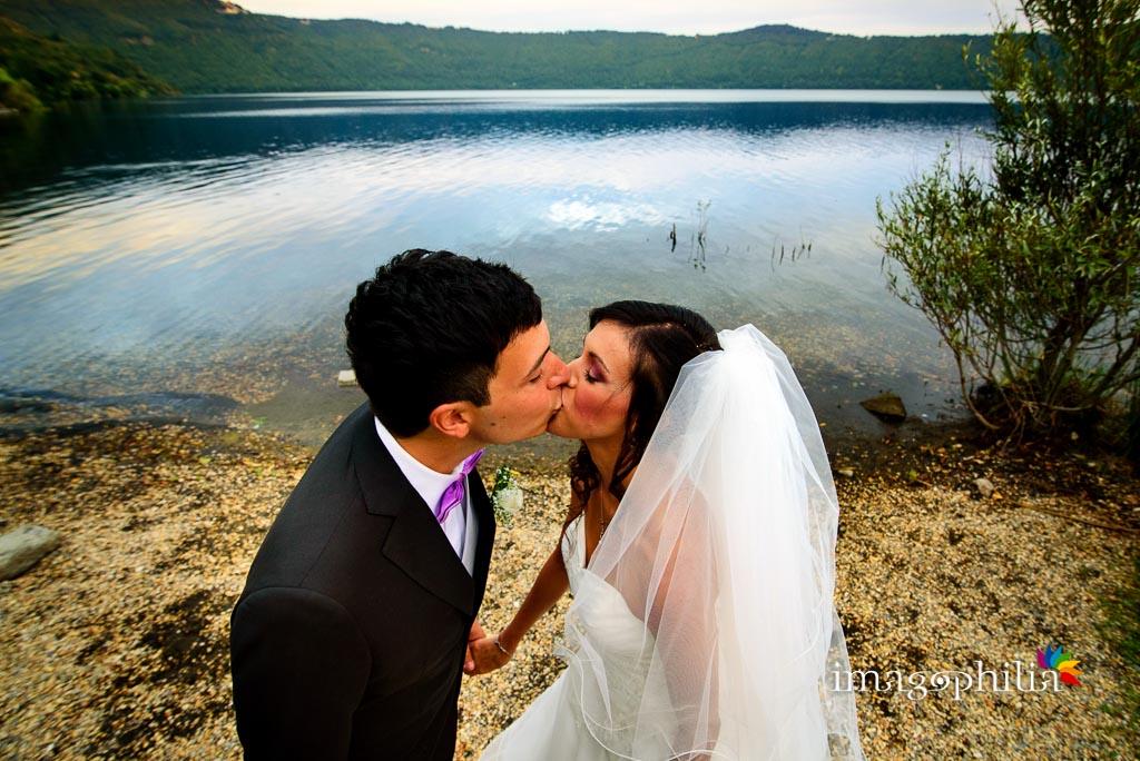 Bacio tra i novelli sposi sulla riva del Lago Albano