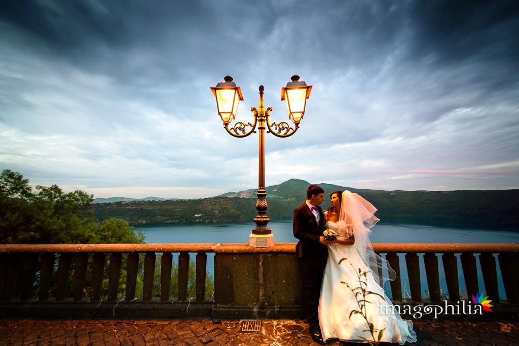 Ritratto degli sposi al borgo di Castel Gandolfo con il lago sullo sfondo