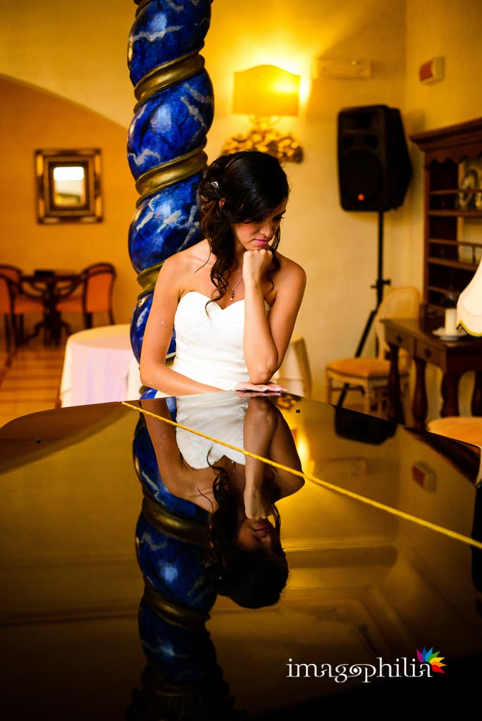 La sposa appoggiata al pianoforte durante ricevimento di nozze al Grand Hotel Helio Cabala di Marino