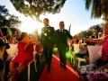 Gli sposi entrano insieme per il matrimonio laico-umanista celebrato a Villa Gianni, Roma