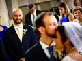 Commozione del testimone dello sposo durante il matrimonio nella chiesa di Santa Maria Madre della Divina Grazia a Grottaferrata