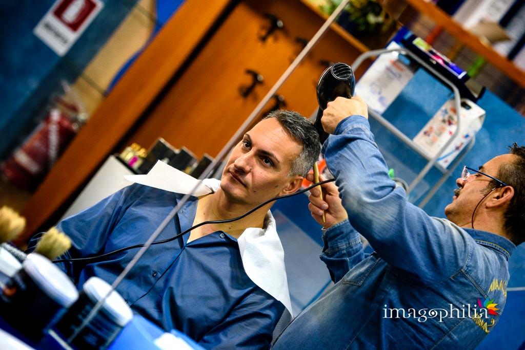 Lo sposo inizia la preparazione dal suo barbiere di fiducia