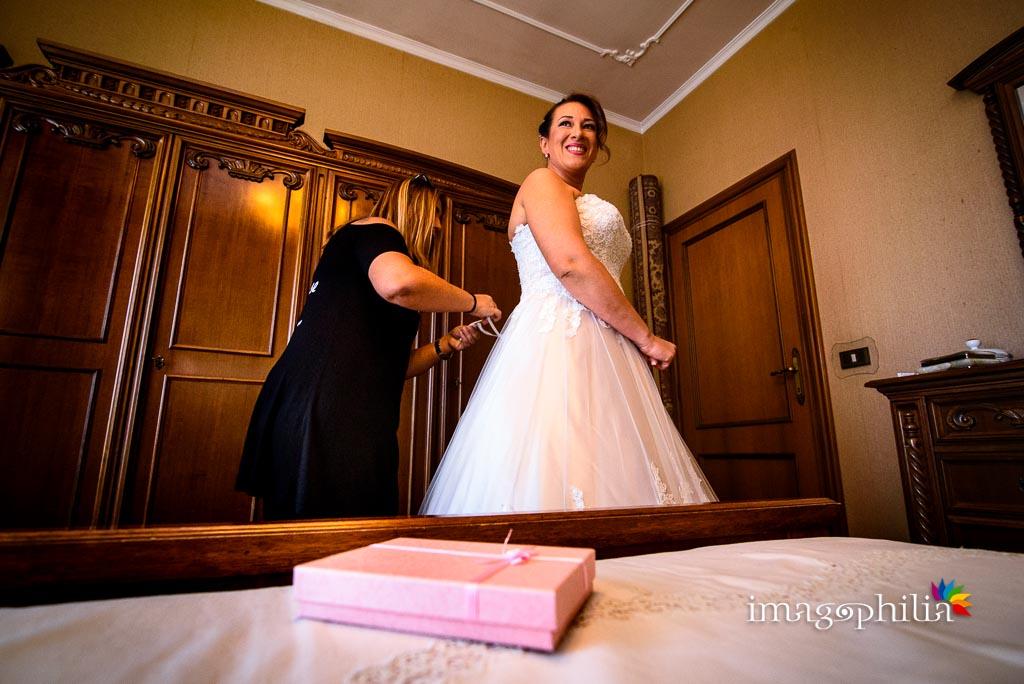 Allacciatura dell'abito della sposa / 2