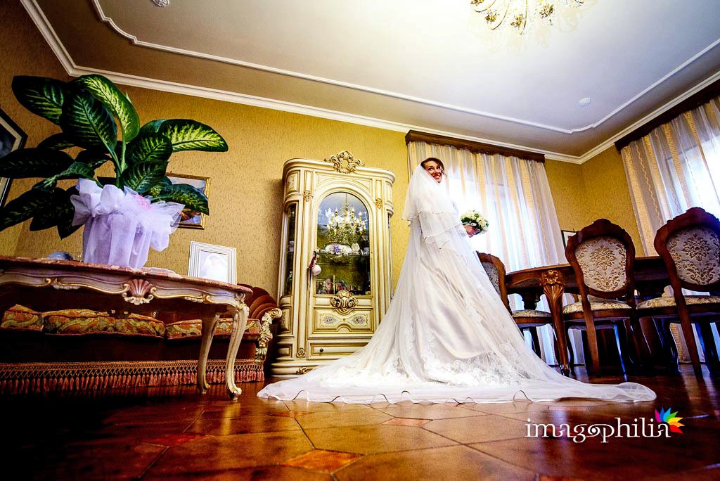 La sposa domina l'intero salotto