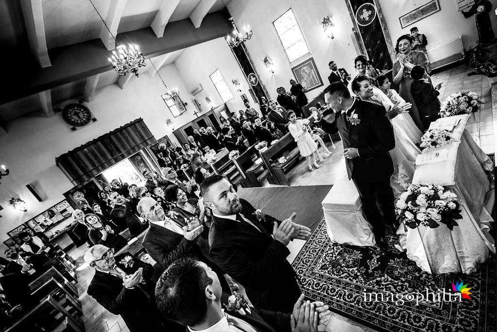 Applauso alla fine del matrimonio nella Chiesa Aeroportuale di Guidonia Santa Maria di Loreto