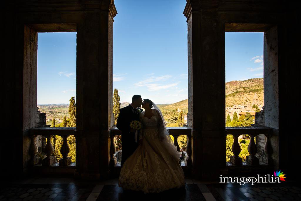 Gli sposi ritratti in controluce a Villa d'Este a Tivoli