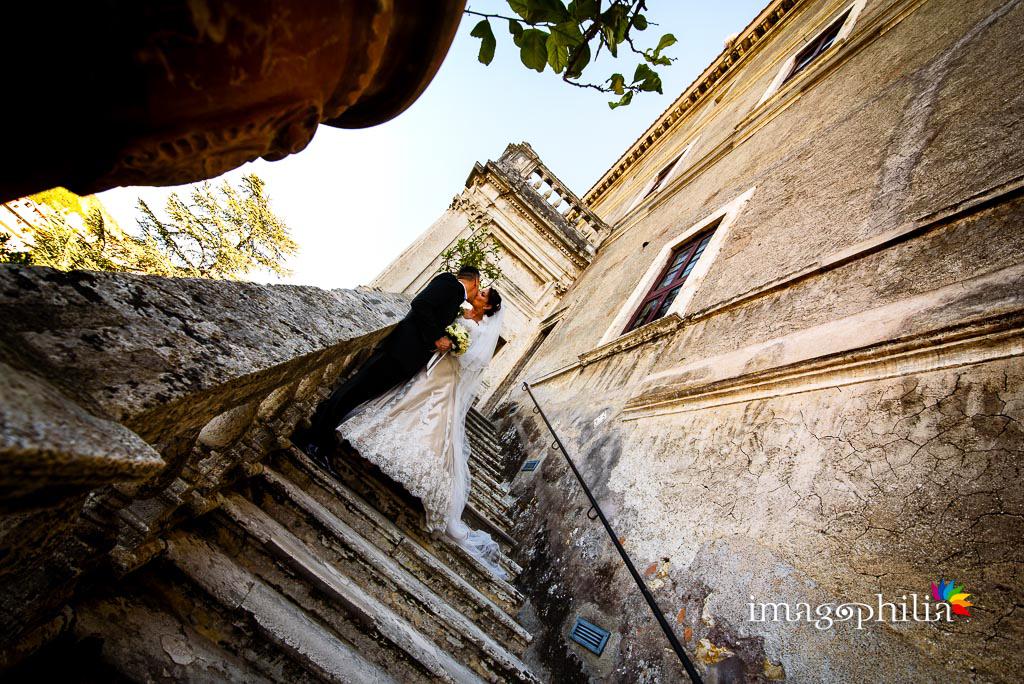 Gli sposi su una scalinata a Villa d'Este a Tivoli