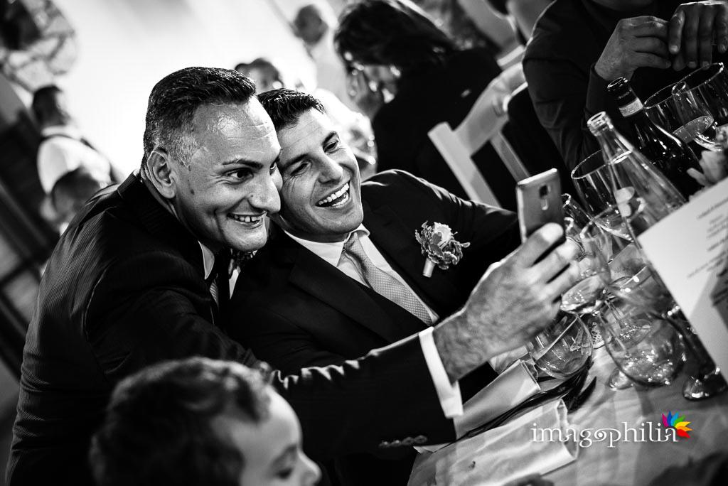 Risate tra i tavoli durante il ricevimento di matrimonio presso la Tenuta Colle degli Ulivi di Palombara Sabina / 1
