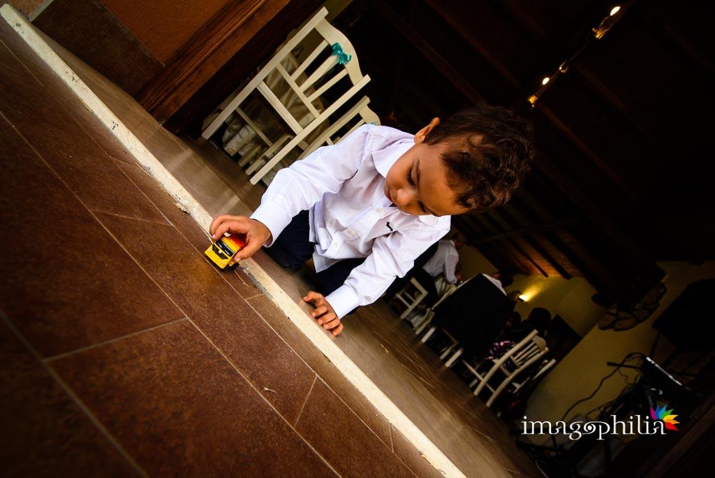 Un figlio della sposa gioca durante il ricevimento di matrimonio presso la Tenuta Colle degli Ulivi di Palombara Sabina