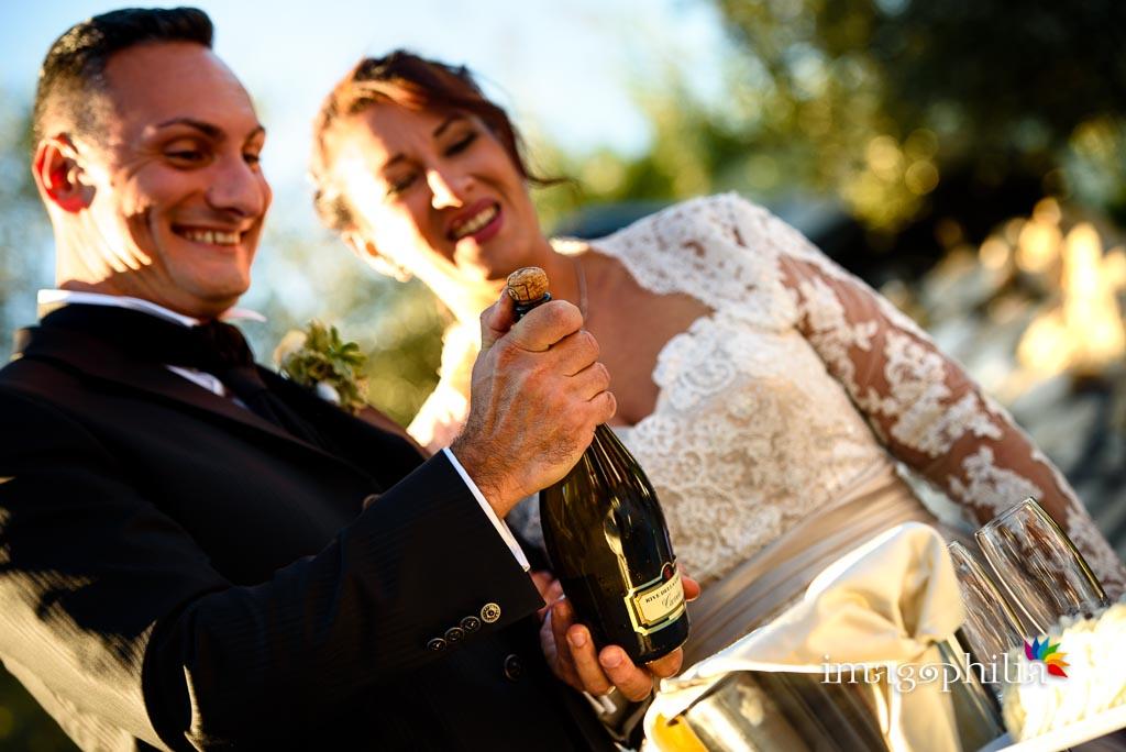 Brindisi tra gli sposi al termine del ricevimento di matrimonio presso la Tenuta Colle degli Ulivi di Palombara Sabina / 1
