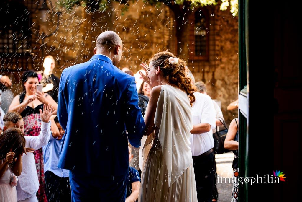 Gli sposi escono dalla Chiesa di Santa Maria Maggiore a Lanuvio al termine del matrimonio