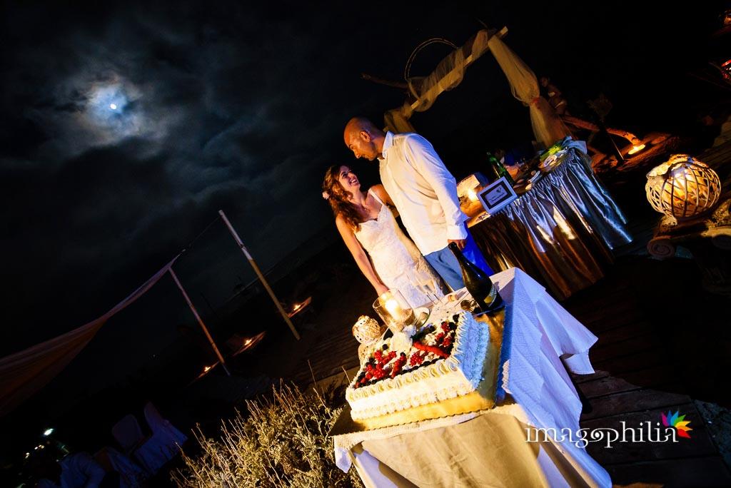Taglio della torta nuziale durante il ricevimento di matrimonio alla Villa di Venere a Torvajanica