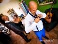 Lo sposo si prepara in… compagnia