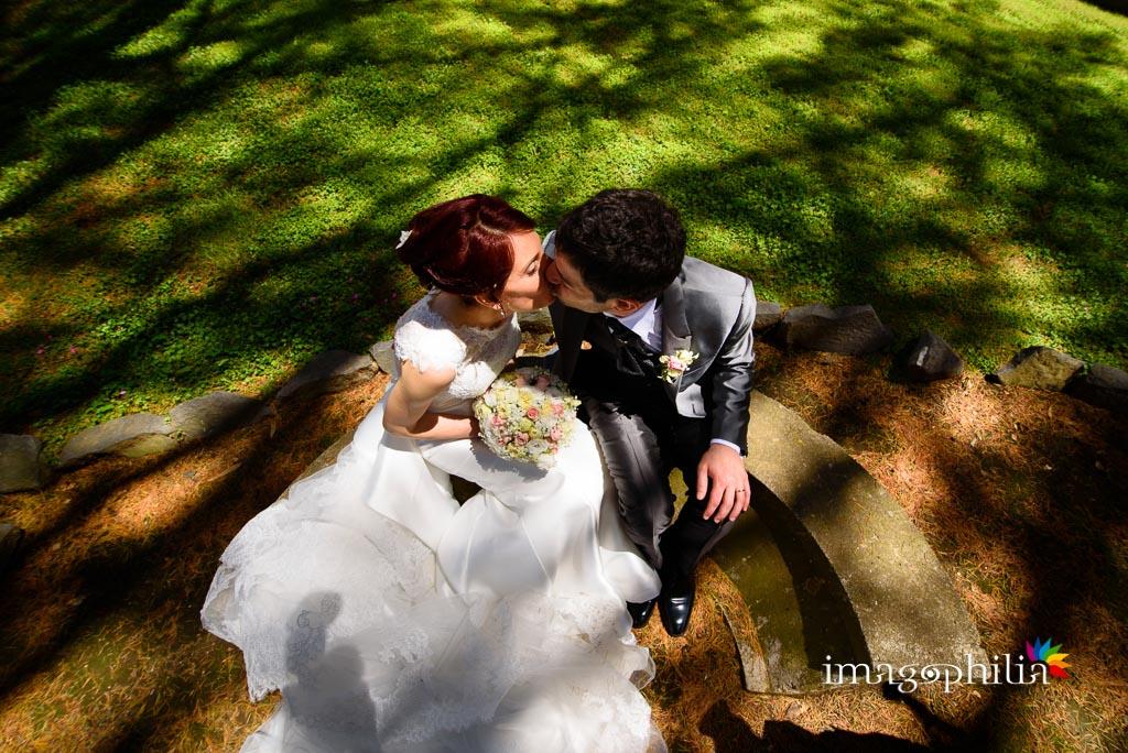 Bacio tra gli sposi dopo il matrimonio nel chiostro della Chiesa di Santa Maria Madre della Divina Grazia di Grottaferrata